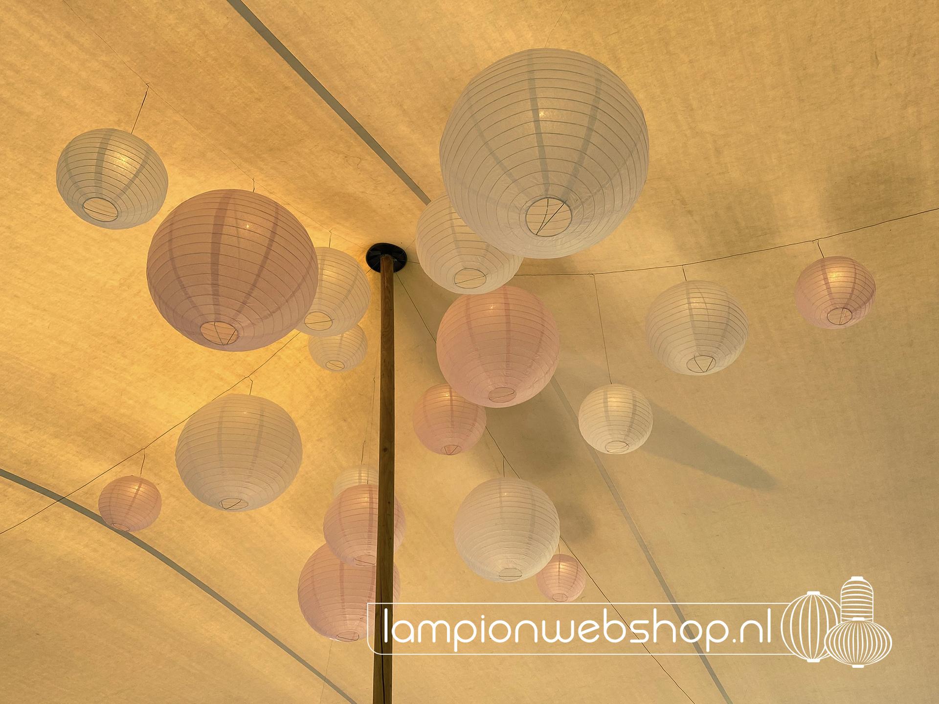 Lampionnen onder een stretchtent